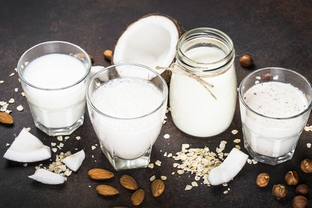Vegan non dairy alternative milk - nuts and oat. 免版税图像