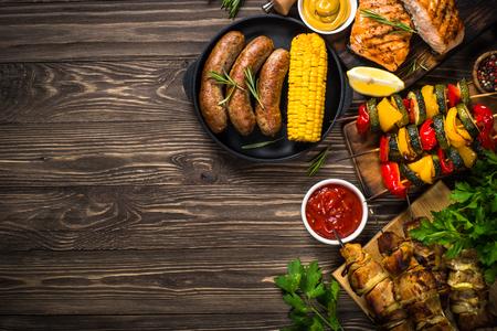 Piatto barbecue - Carne, pesce, salsicce e verdure alla griglia. Archivio Fotografico