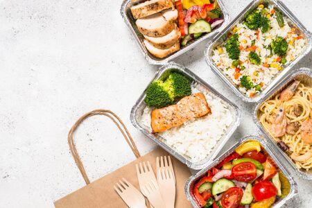 Concepto de entrega de alimentos - almuerzo saludable en cajas.