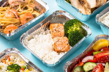 Food delivery concept - healthy lunch in boxes. Imagens