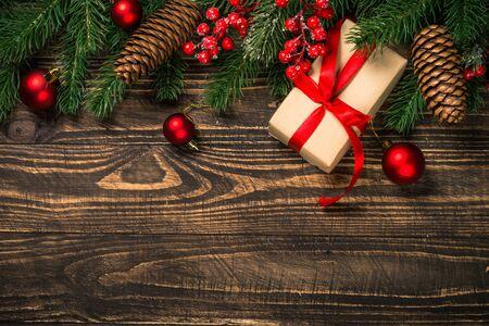 Weihnachtsflacher Laienhintergrund mit Geschenk und Dekorationen. Standard-Bild