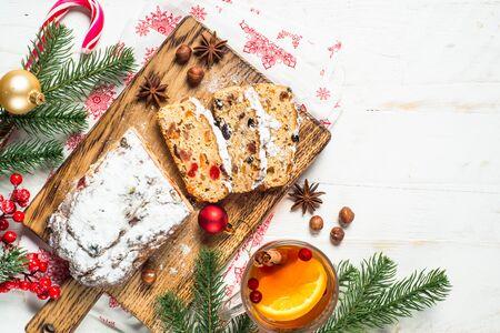 Stollen traditioneller Weihnachtskuchen mit Trockenfrüchten und Nuss