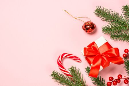 Christmas flat lay background on pink with holiday decorations. Banque d'images - 135503110