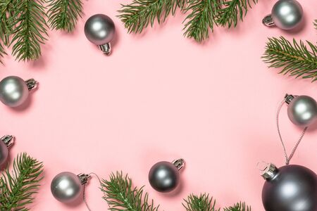 Christmas flat lay background on pink with present box and decorations. Banque d'images - 135503165