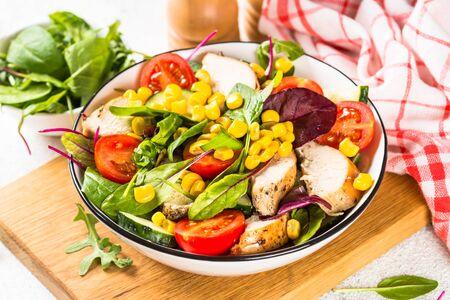 Salat mit Hühnchen und Gemüse. Gesundes Essen, Diät-Mittagessen-Konzept.