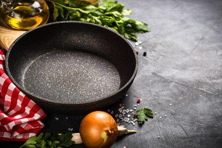 Fondo de cocción de alimentos en mesa negra.