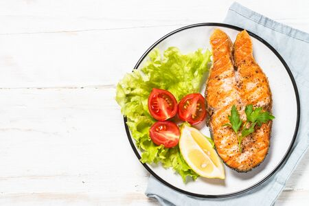 Grilled salmon steak on white wooden table. Top view with copy space. Banque d'images