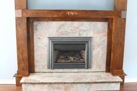 chemin�e gaz: Foyer au gaz avec du granit et boiseries Banque d'images