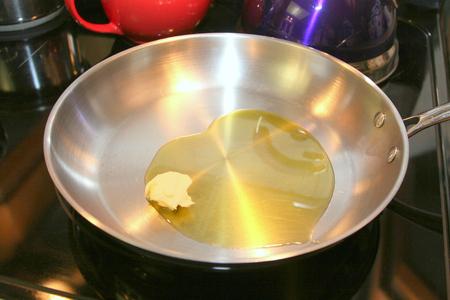 steel pan: Pan con mantequilla y aceite de oliva en forma de corazón de San Valentín