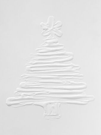 White snowy 3 d Christmas tree on a gray background, New Year mood in December. Template for a greeting card, ink drawing on paper, handmade. Standard-Bild - 135706480