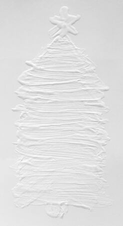 White snowy 3 d Christmas tree on a gray background, New Year mood in December. Template for a greeting card, ink drawing on paper, handmade. Standard-Bild - 135705942