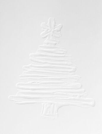 White snowy 3 d Christmas tree on a gray background, New Year mood in December. Template for a greeting card, ink drawing on paper, handmade. Standard-Bild - 135706645