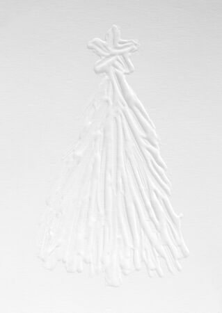 White snowy 3 d Christmas tree on a gray background, New Year mood in December. Template for a greeting card, ink drawing on paper, handmade. Standard-Bild - 135705964