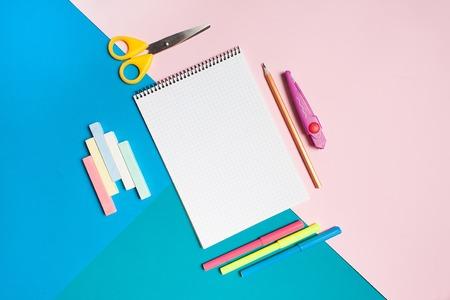 다채로운 배경에 학교 용품의 집합입니다. 텍스트에 대 한 여유 공간입니다. 평면 뷰, 평면 뷰.