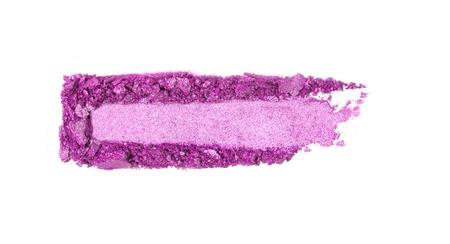 Ein gebrochener rosa Lidschatten bilden die Palette, die auf einem weißen Hintergrund isoliert ist Ansicht von oben, flach. Kopieren Sie Platz für Ihren Text Standard-Bild