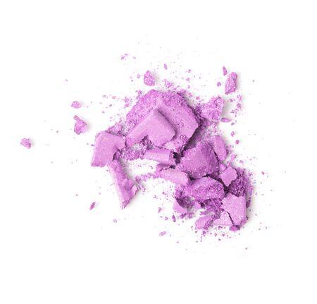 Una paleta de maquillaje de sombra de ojos rosa rota aislada sobre un fondo blanco. Vista superior, endecha plana. Copie el espacio para su texto