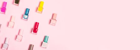 Colorful Nail polish bottles pattern background. Close up. Banque d'images - 127148238