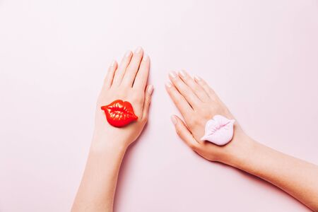 Beautiful woman manicure on creative trendy pink background with confetti. Minimalist manicure trend. Top view, flat lay. Copy space for your text. Banque d'images - 127167332