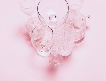 Many empty glasses on pink background. Top view, flat lay Banque d'images - 127167372