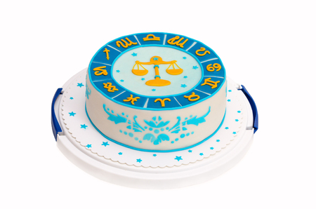 virgo: pastel de cumpleaños con símbolos aislados en blanco