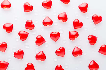 white background with red hearts pattern and water drops, flat lay 免版税图像