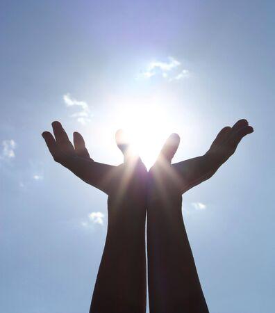 h�nde in der luft: die H�nde in den blauen Himmel
