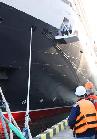 grapnel: workers in harbour