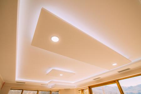 Stretch ceiling film. The design of the apartment. Renovated apartment. Design interior of the living room. Foto de archivo