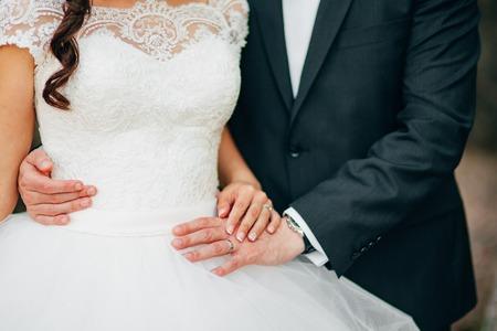 Le mani dei newlyweds con gli anelli. Matrimonio in Montenegro. Archivio Fotografico - 85799770