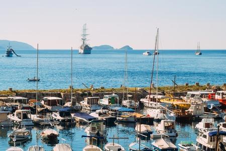 두브 로브 니크, 크로아티아의 오래 된 도시 근처 보트 도킹합니다. 항구, 마리나, 고대 도시 근처.