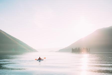 湖でカヤック。モンテネグロのポドゴリツァの町の近く、コトル湾にカヤックの観光客。空中写真のドローン。 写真素材 - 85874761