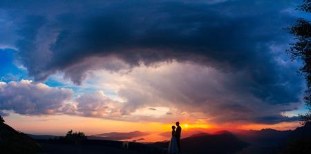 Silhouettes au coucher du soleil sur le Mont Lovcen au Monténégro Banque d'images - 85837711