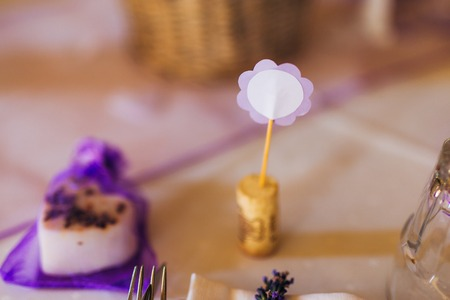 Blank bright place card on wood table with hearts and ribbon Фото со стока - 87474357
