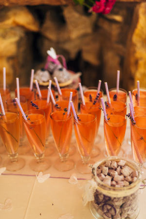 Glasses with lemonade and lavender at the wedding banquet. Фото со стока - 87474359