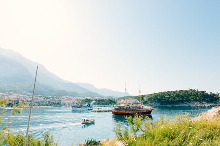 Wooden sailing boat with tourists in the town of Makarska, Croatia. Фото со стока