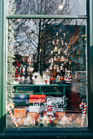 Christmas window decoration with figurines and toys with street reflection in glass. 版權商用圖片