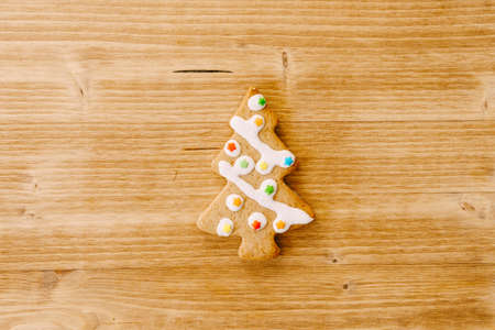 Christmas card - gingerbread in the shape of a Christmas tree in the center, decorated with icing and stars. Empty space for text. Imagens - 156821460