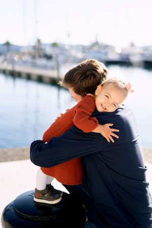 Father and daughter are hugging on a boat pier while having a family day Imagens - 159185504