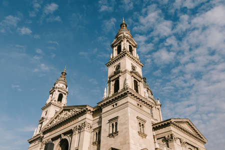 Budapest St. Stephens Basilica against the background of blue sky and white clouds Imagens