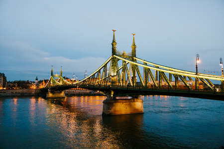 View of the Liberty Bridge in Budapest with night illumination Imagens