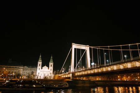 Night illumination of the Elizabethan Bridge in Budapest against the background of buildings Imagens