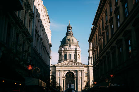 Street view of the central entrance to St. Stephens Basilica in Budapest against the background of blue sky Imagens