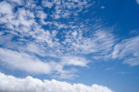 White clouds against a bright blue sky. Close-up Imagens