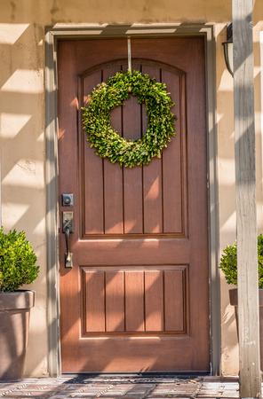 segmento: house entrance door with inside segment and summer wreath Foto de archivo