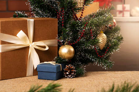 Beautiful multiple Christmas gifts brightly lit, Christmas tree. Close-up gifts. Banque d'images