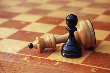chess game over, white king defeated by black pawn Banque d'images