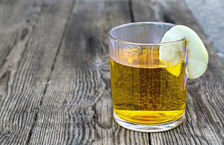 segment: bicchiere di succo con un segmento di mela