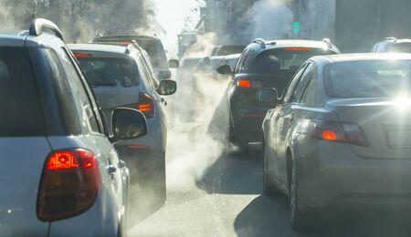 Verschmutzung durch die Abgase von Autos in der Stadt im Winter. Rauch aus Autos an einem kalten Wintertag
