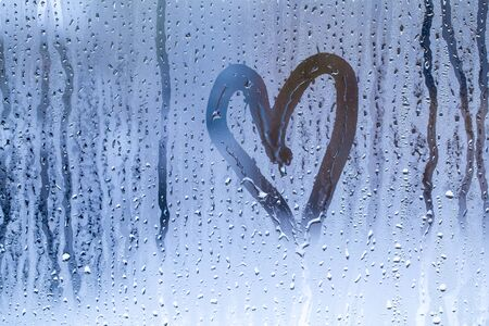 heart pattern on wet glass close-up Imagens