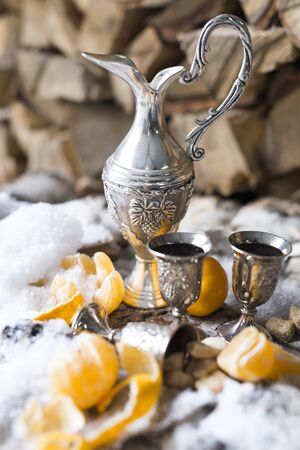 mandarins in the snow on a rustic wooden table.winter still life with liqueur and glasses.winter Stockfoto